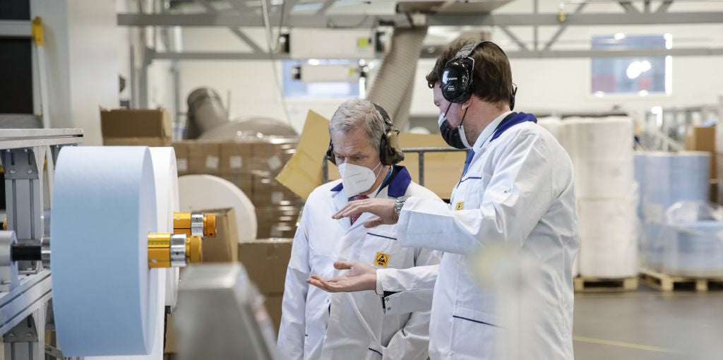 Lifa Air's Director of Manufacturing Eppu Mäkipää introducing the production of surgical face masks to the President of Finland.