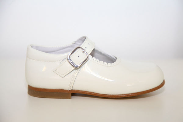 c1a7e084fbeb Andanines Girls Cream Patent Mary Janes With Scallop Edging. - Liquorice  Kids