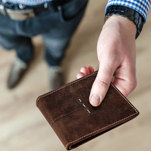 Bifold or Trifold Wallet: Picking the One that Suits your Taste and Style