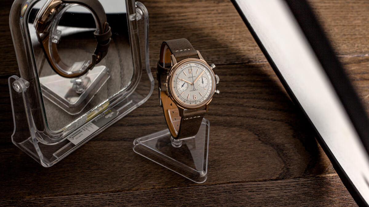 The Geckota W-02 watch photography set up. A mirror is used on the left to bounce light, and lighting from the right is diffused by a diffuser.