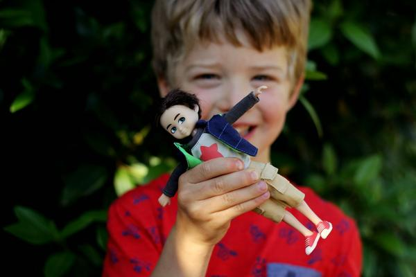 Eli et Finn en pleine aventure en Australie! Crédit;http://livinglovinglaughingtogether.blogspot.ie/2014/11/giveaway-lottie-dolls-for-everyone.html  Blog