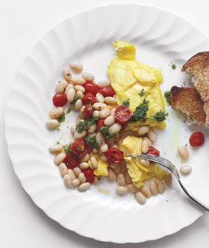 scrambled eggs with beans, tomato and pesto