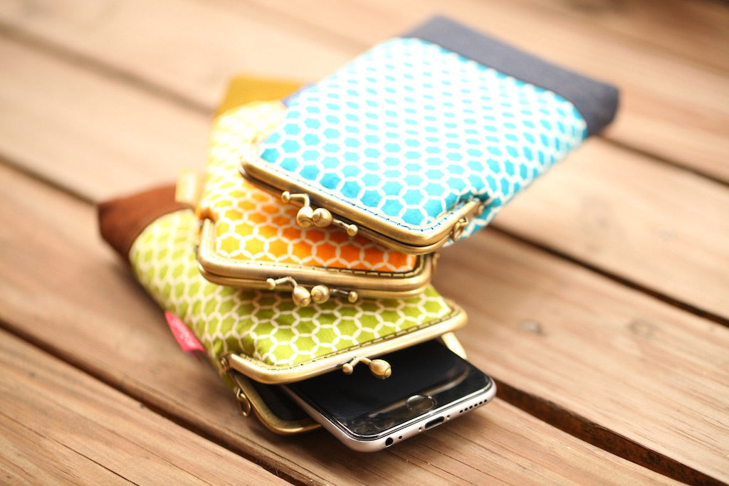 Onyx yellow honeycomb smartphone kisslock sleeve