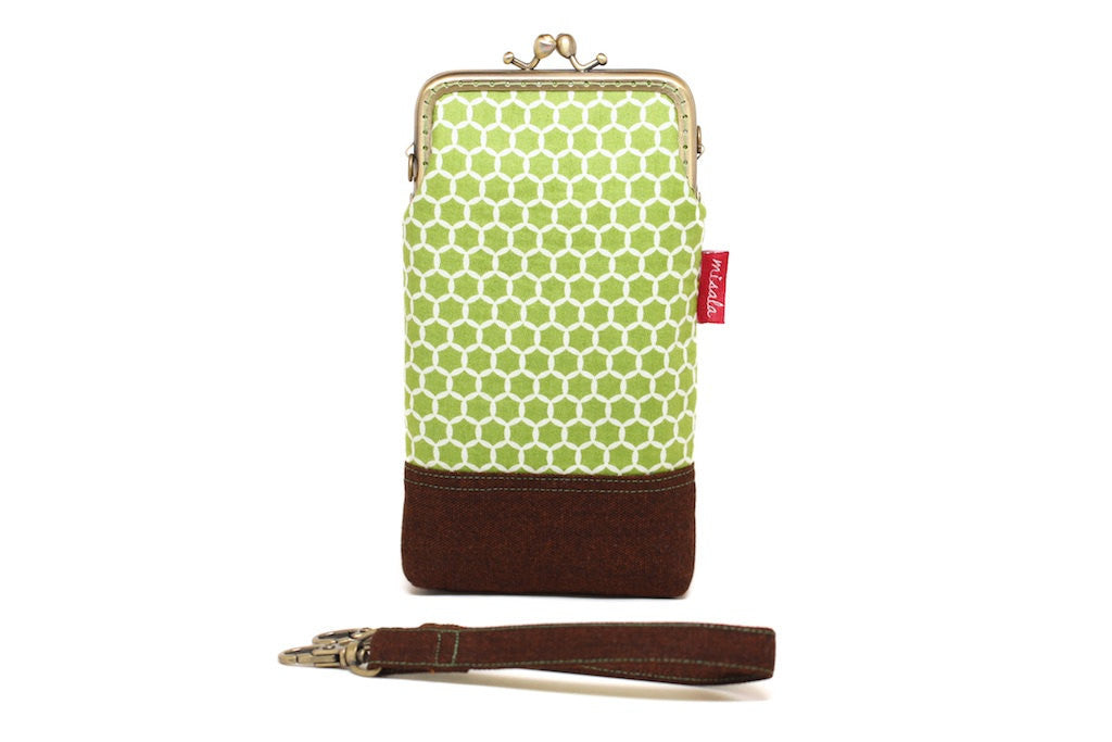Calming green honeycomb smartphone kisslock sleeve