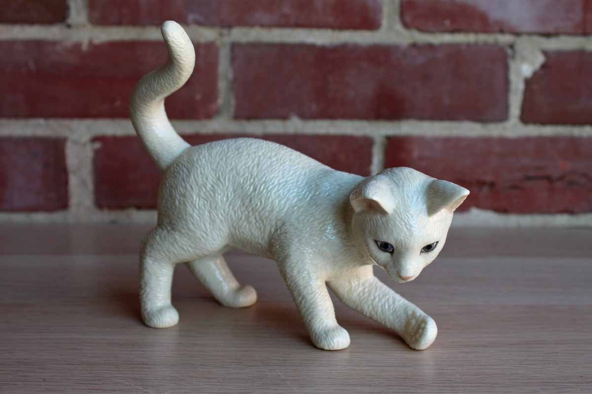 Lenox (China) Classic Cat Collection Playing with Pearls (Without the Pearls) Porcelain Cat Figurine