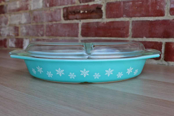 Corning Inc. (New York, USA) 1 1/2 Quart Snowflake Divided Serving Dish with Matching Lid