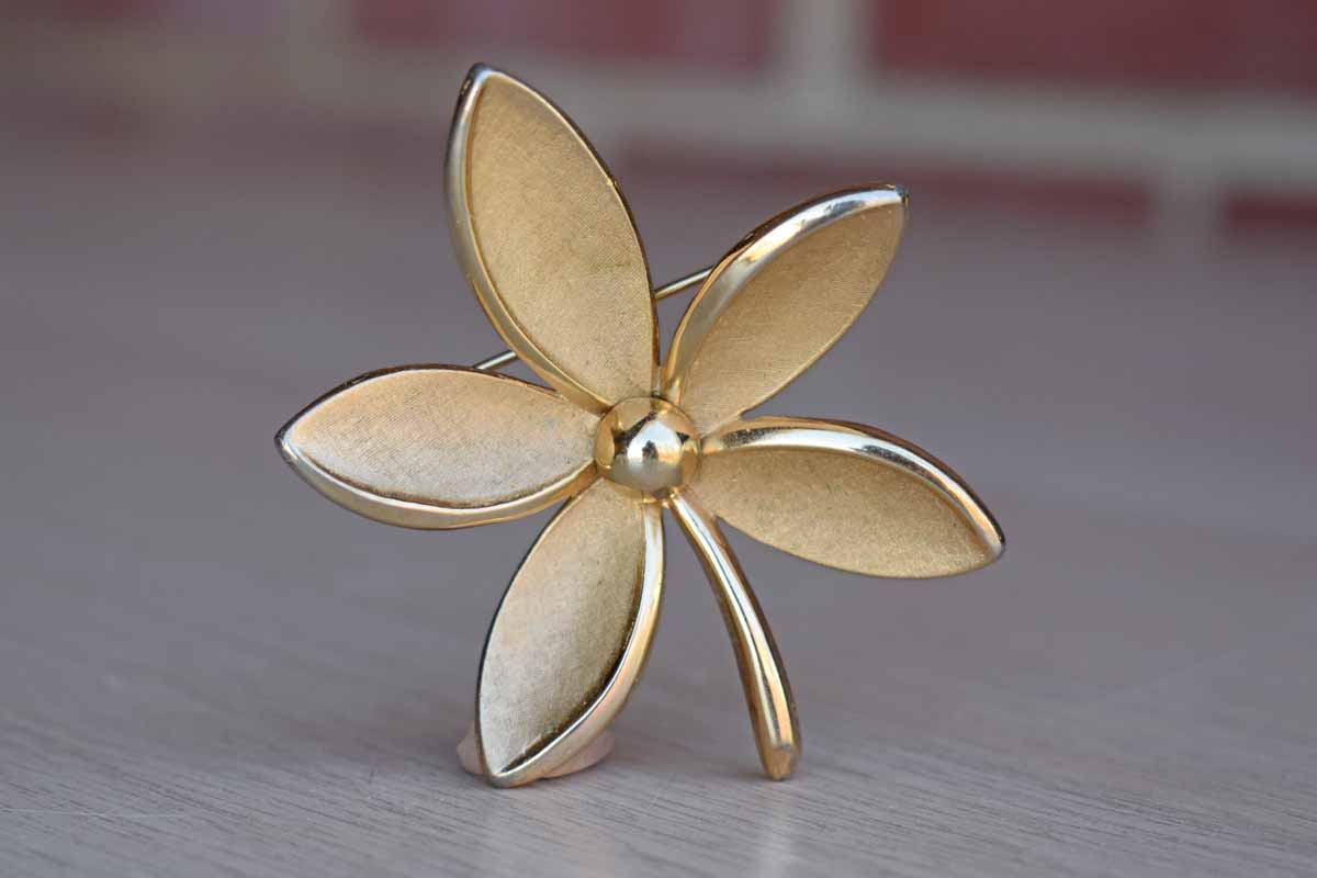 Trifari (USA) Gold Tone Flower-Shaped Brooch
