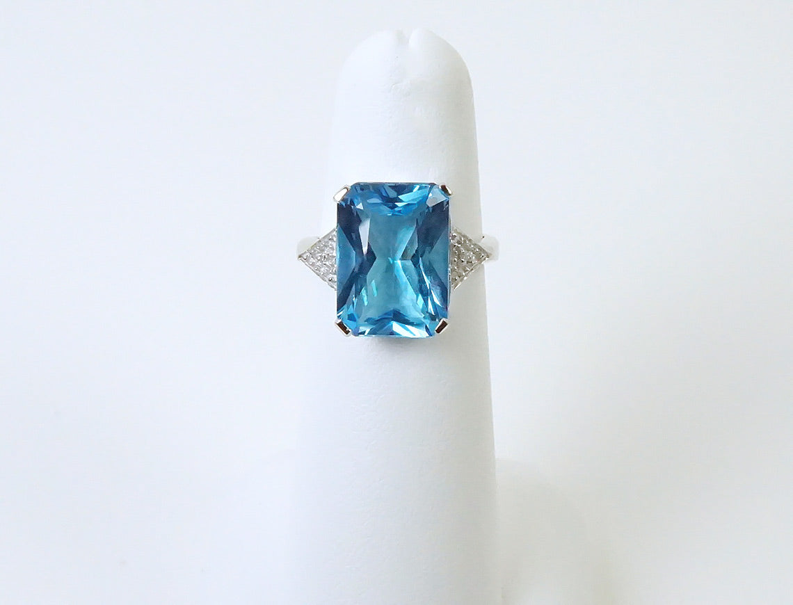Blue topaz in white gold