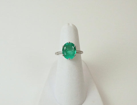 Oval emerald in 18K