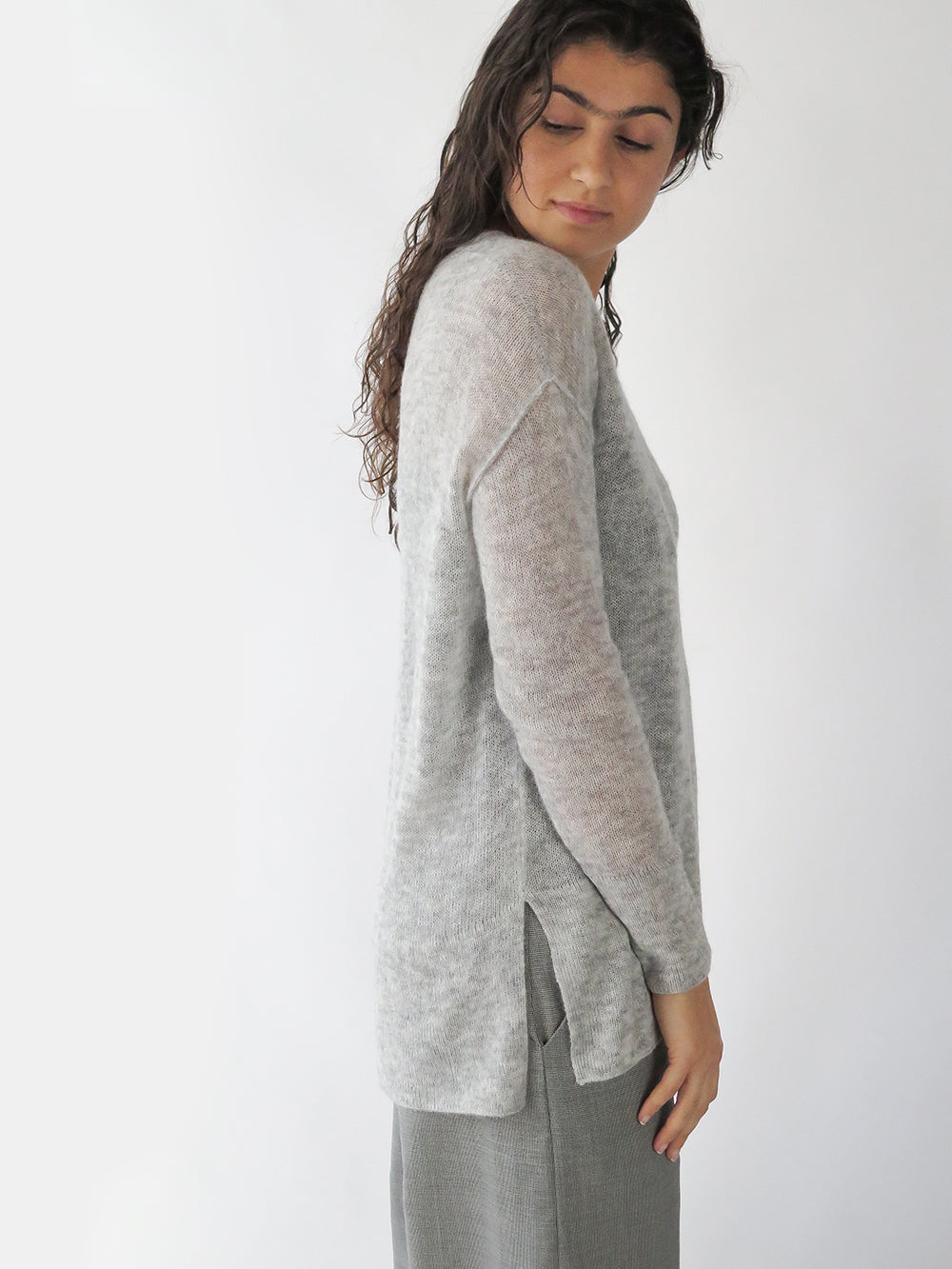 tissue v-neck pullover in light grey