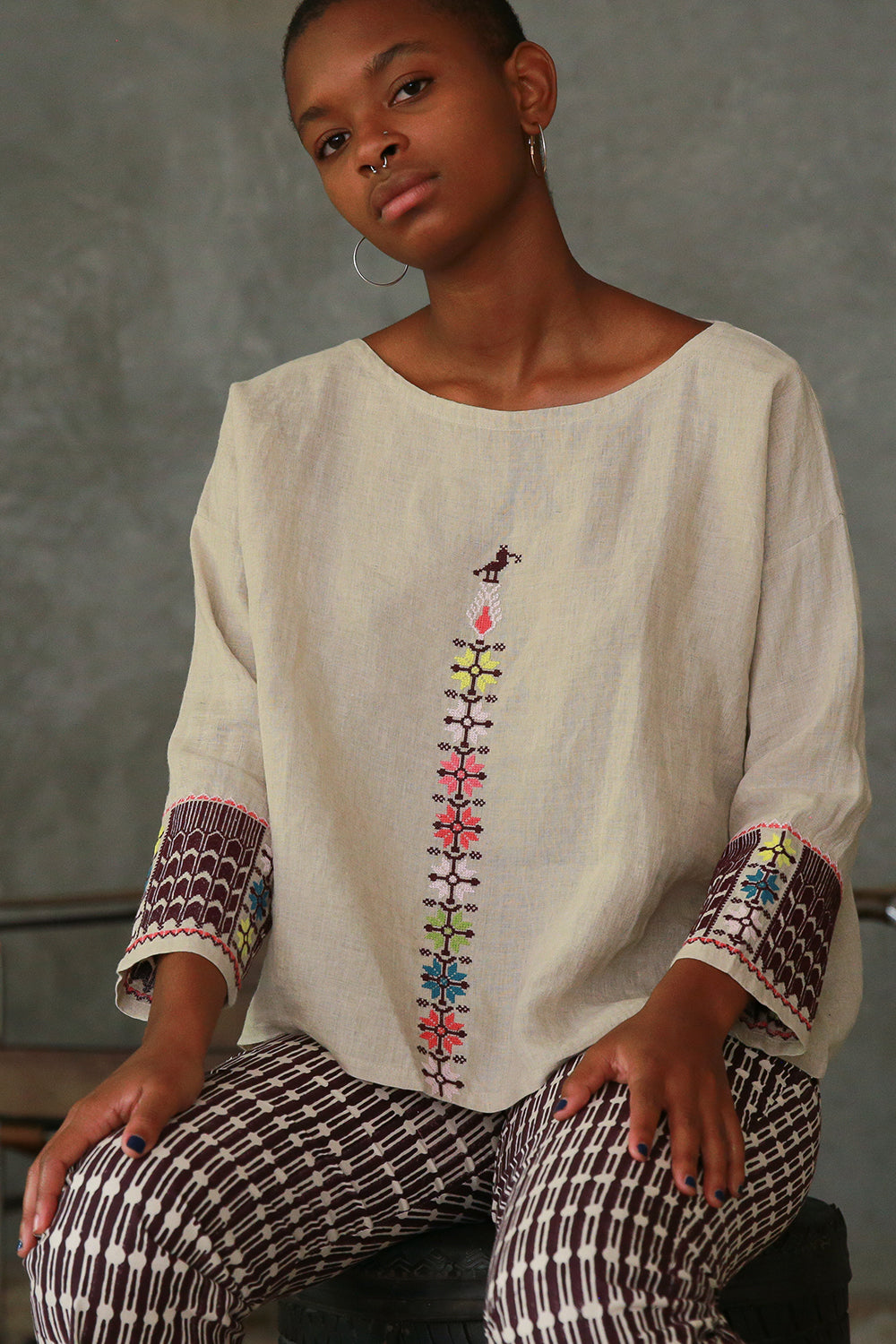 vida top in embroidered natural linen
