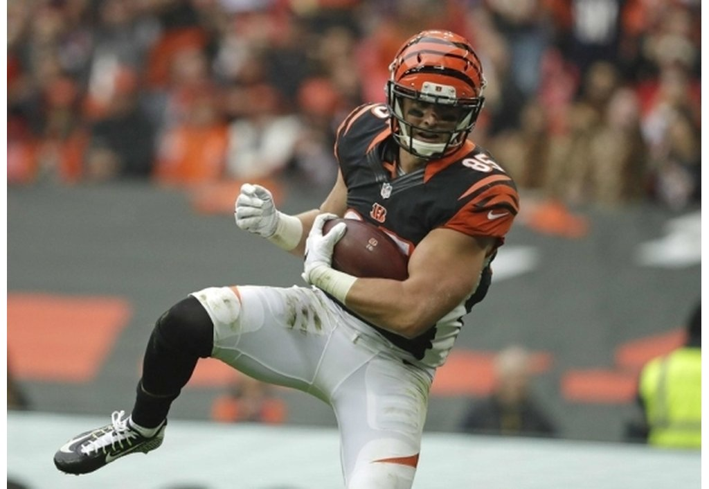 Eifert returns strong, but turnovers and missed kicks result in tie in London | Giovani Bernard