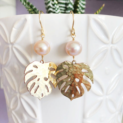 Monstera dangle earrings - pink pearls (E496)