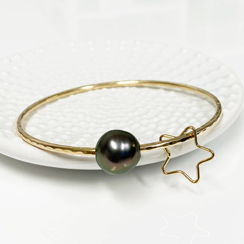 Star charm bangle - Tahitian pearl (B435)