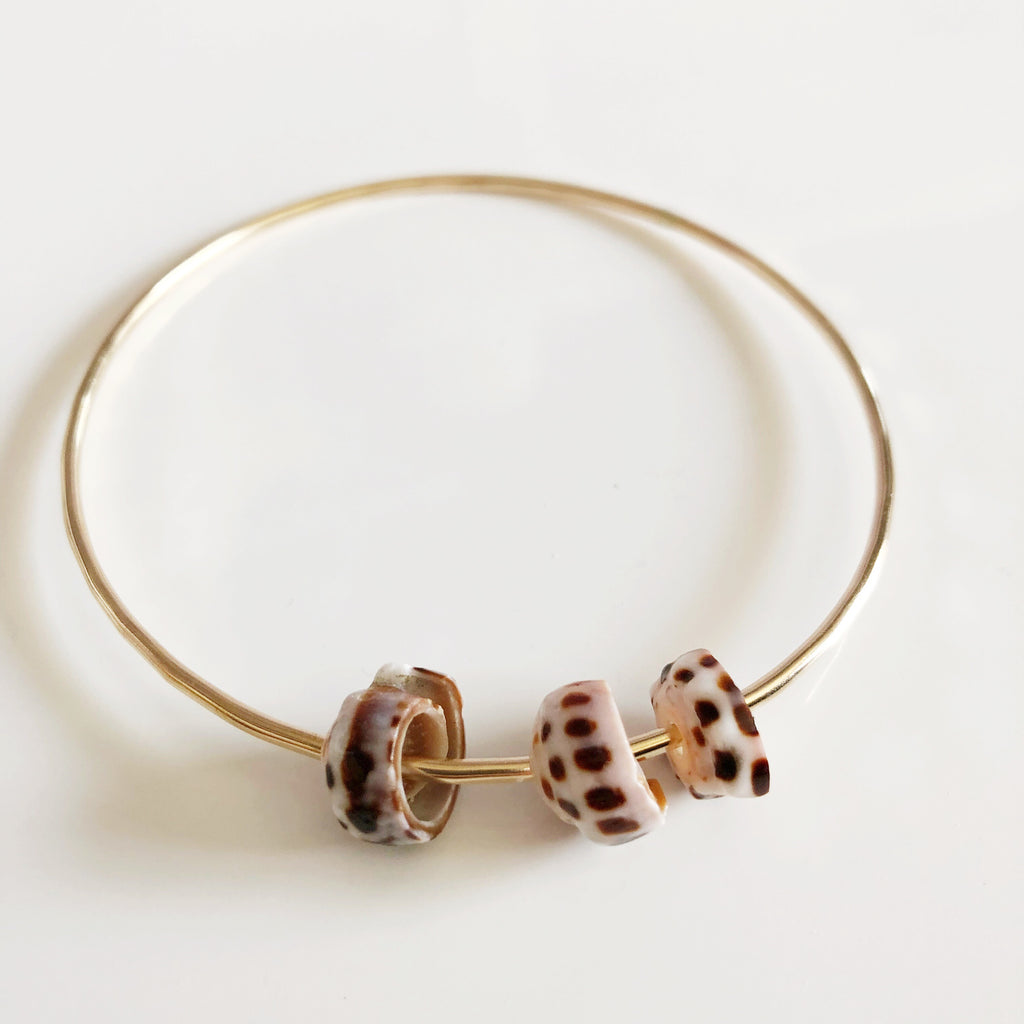 Bangle HOKU - tiger puka shells (B362)