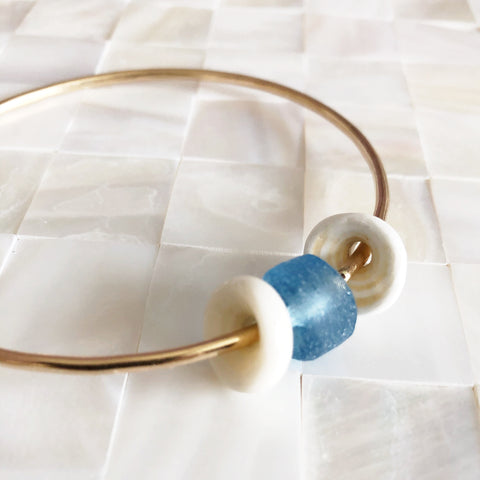 Bangle Kami - white puka shell (B205)
