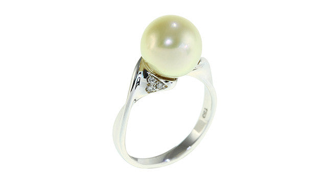 Pearl Ring with Diamond