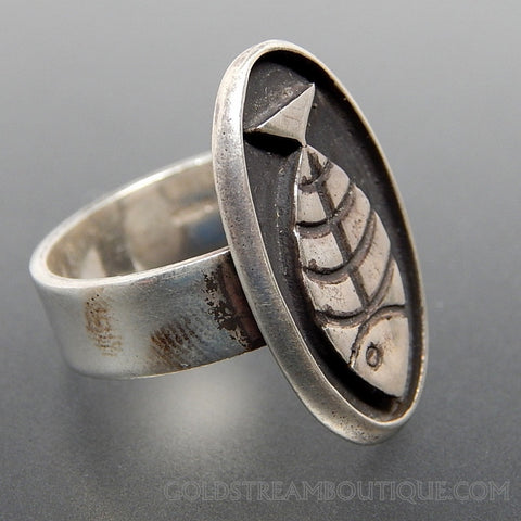 VINTAGE SHADOWBOX DESIGN RIDGED FISH OVAL WIDE STERLING SILVER PISCES ZODIAC SIGN RING - SIZE 8.25