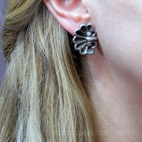 VINTAGE MMA METROPOLITAN MUSEUM OF ART RIDGED SHELL STERLING SILVER POST EARRINGS