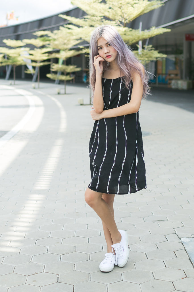 FLOWY TRAPEZE DRESS IN SQUIGGLY LINES