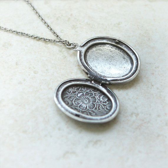 Antique style Oval Locket Necklace with leaves pattern