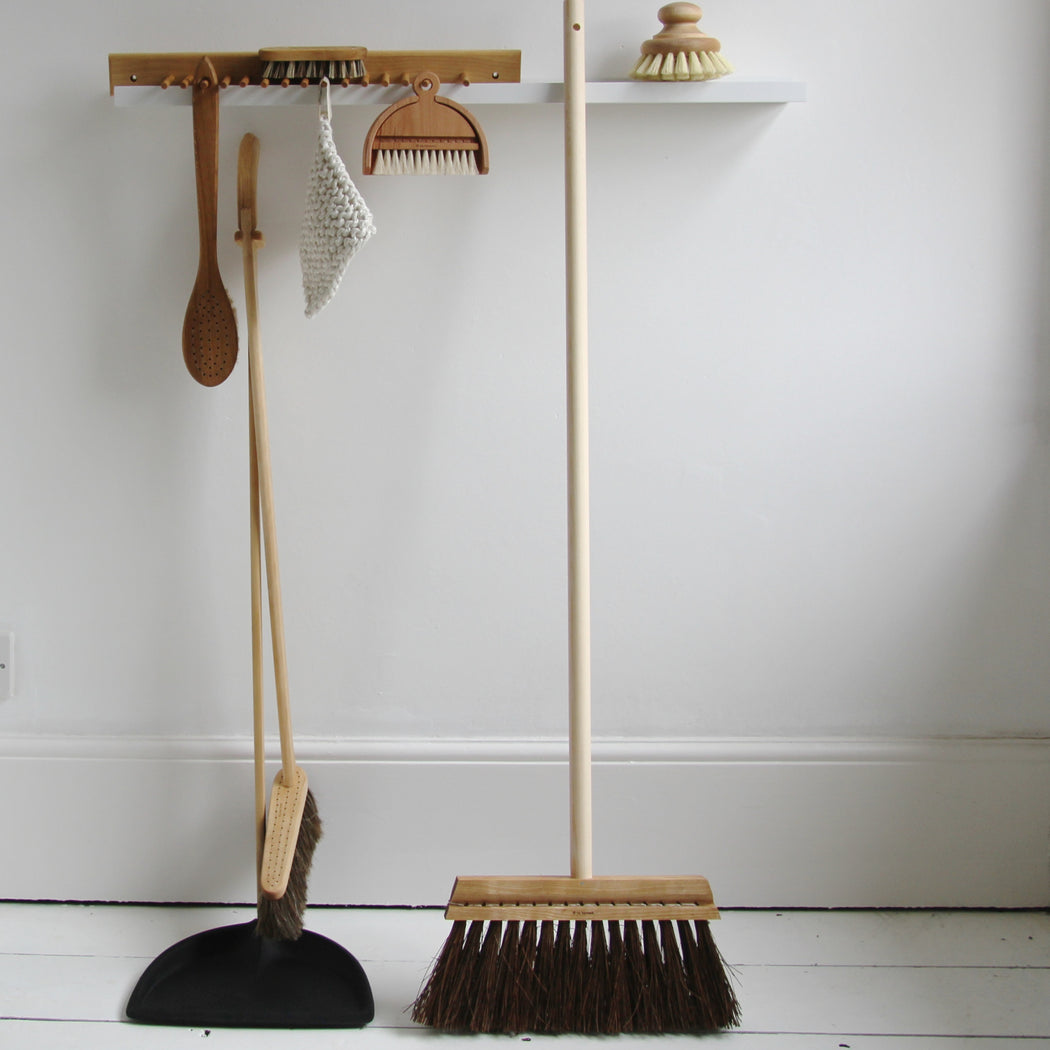 Iris Hantverk tall dustpan and brush set black - Tea and Kate