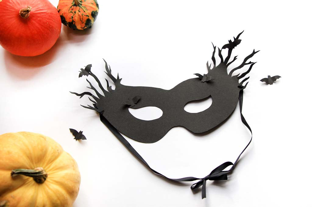 "<img src=""//cdn.shopify.com/s/files/1/0601/5089/files/Halloween-Mask8014_1024x1024.jpg?v=1476516274"" alt=""Halloween spooky mask - download the free printable today"" />"