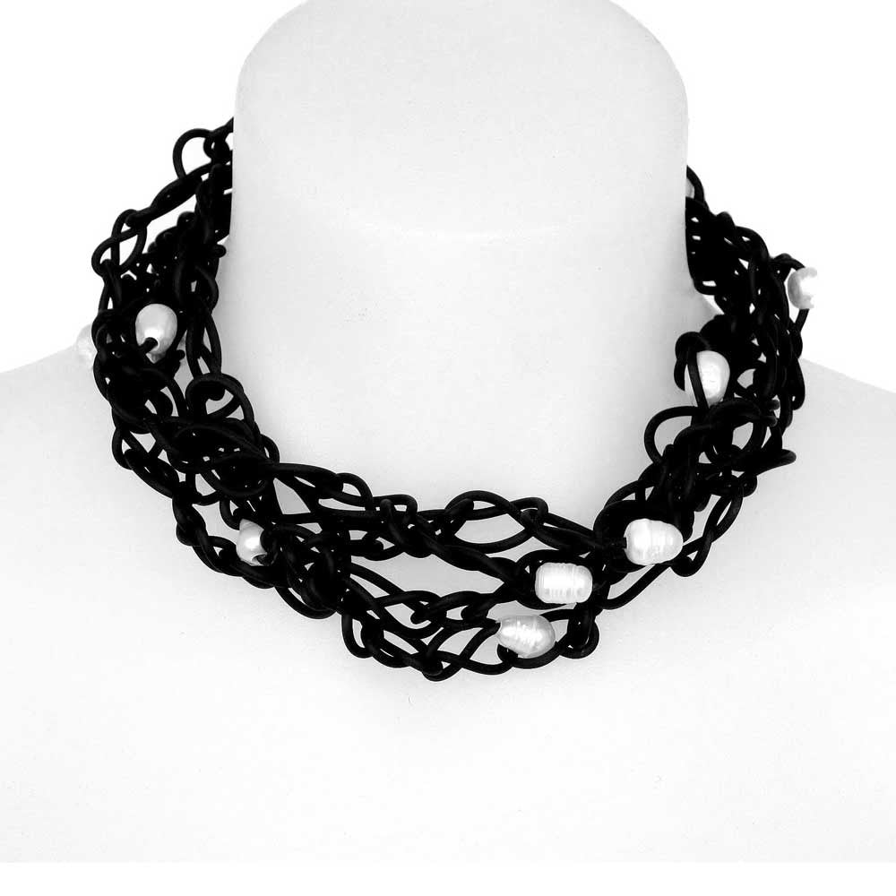 chaotic necklace with pearls - black