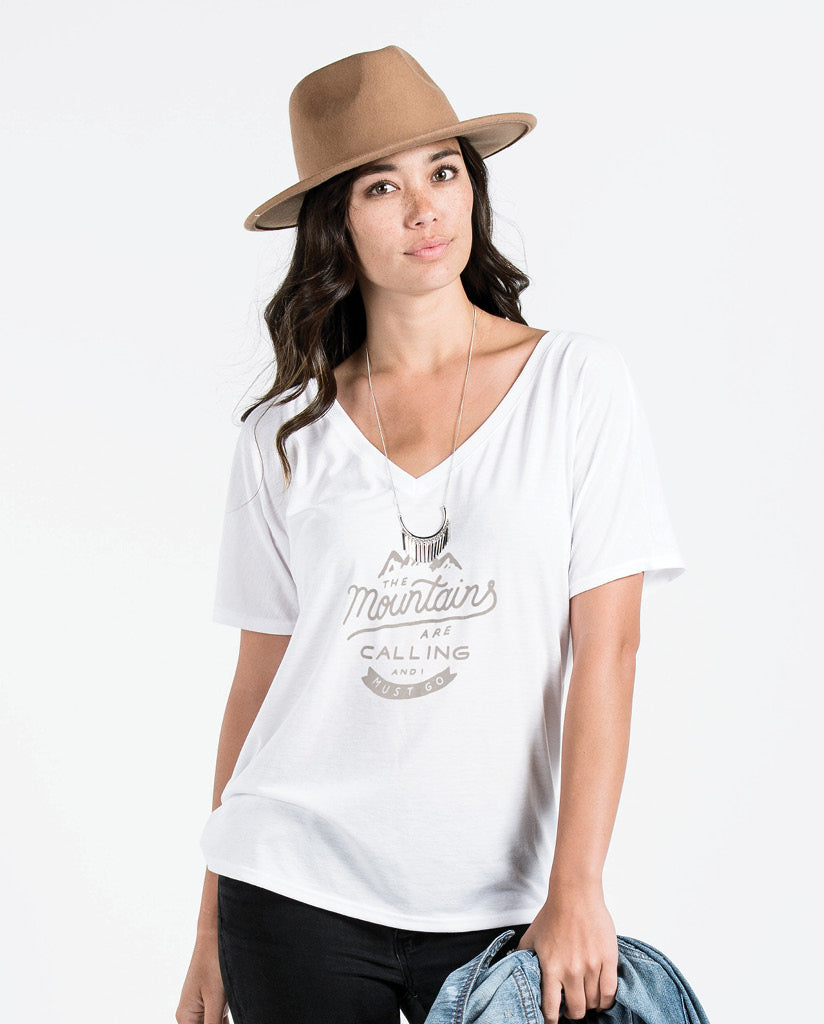 THE MOUNTAINS ARE CALLING Womens White Flowy V-Neck