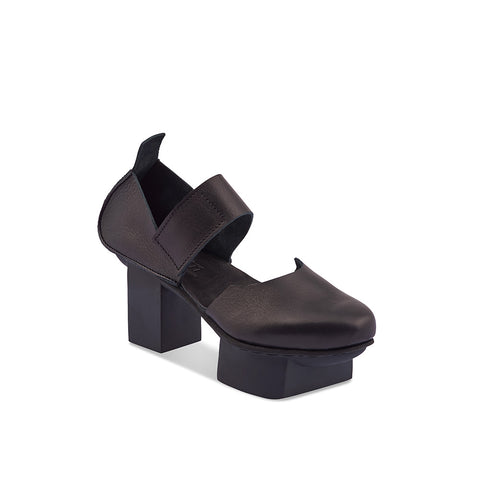 A sculptural platform heel, the chic design lines complement raw leather seams and a broad velcro strap. If you've yet to experience a Trippen 'happy' sole, this could be the perfect foray into the world of wearable art - you'll be turning heads wherever you tread.