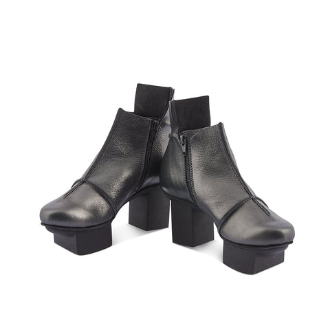 Container returns this season in a dark metallic finish and features Trippen's trademark raw seams and striking 'happy' sole. This eye-catching ankle boot is made from supple unlined veg-tanned leather, making it a perfect option for the year-round wardrobe.