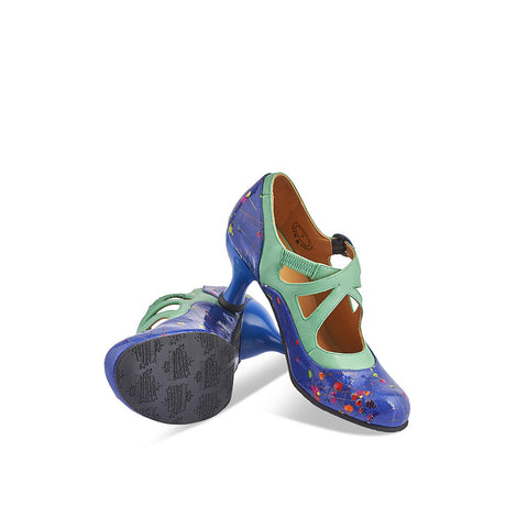 This captivating heel by John Fluevog features an exquisite deep blue leather upper finished with dried flowers under a high-gloss patent finish. Perched on the curvaceous Bellevue heel and inspired by a notorious wild west outlaw, Pearl Hart has an exquisite sage green trim and adjustable strap for an easy fit.