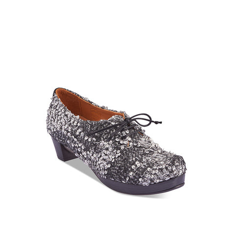 A statement of fine craftsmanship and functional design, the enchanting Gery by Tracey Neuls features a wondrous upper with stitched black and silver leather sequins. The soft leather lining ensures a delightful fit and the subtle platform and mid heel ensures this captivating heel is as comfortable as a flat.