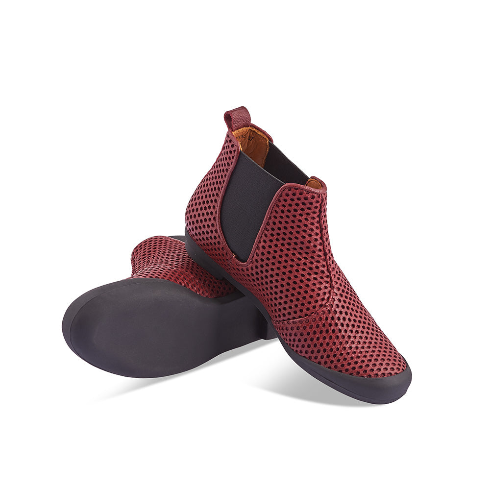 A contemporary chelsea by Tracey Neuls, George features a sumptuous perforated oxblood upper and full leather lining. The durable rubber sole conceals a shank for stability and structure, making it a brilliant option for both cycling or walking. This redesigned classic features a rounder toe that makes it more comfortable then ever.