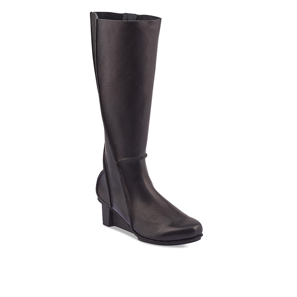 A gorgeous knee-high boot on the 'x+os' wedge heel, Hekla has a modern almond toe and features graphic raw seams at the heel and down the sides of the boot. The sumptuous veg-tanned upper sits beautifully on the leg and the generous fit is secured with a subtle inner zip.