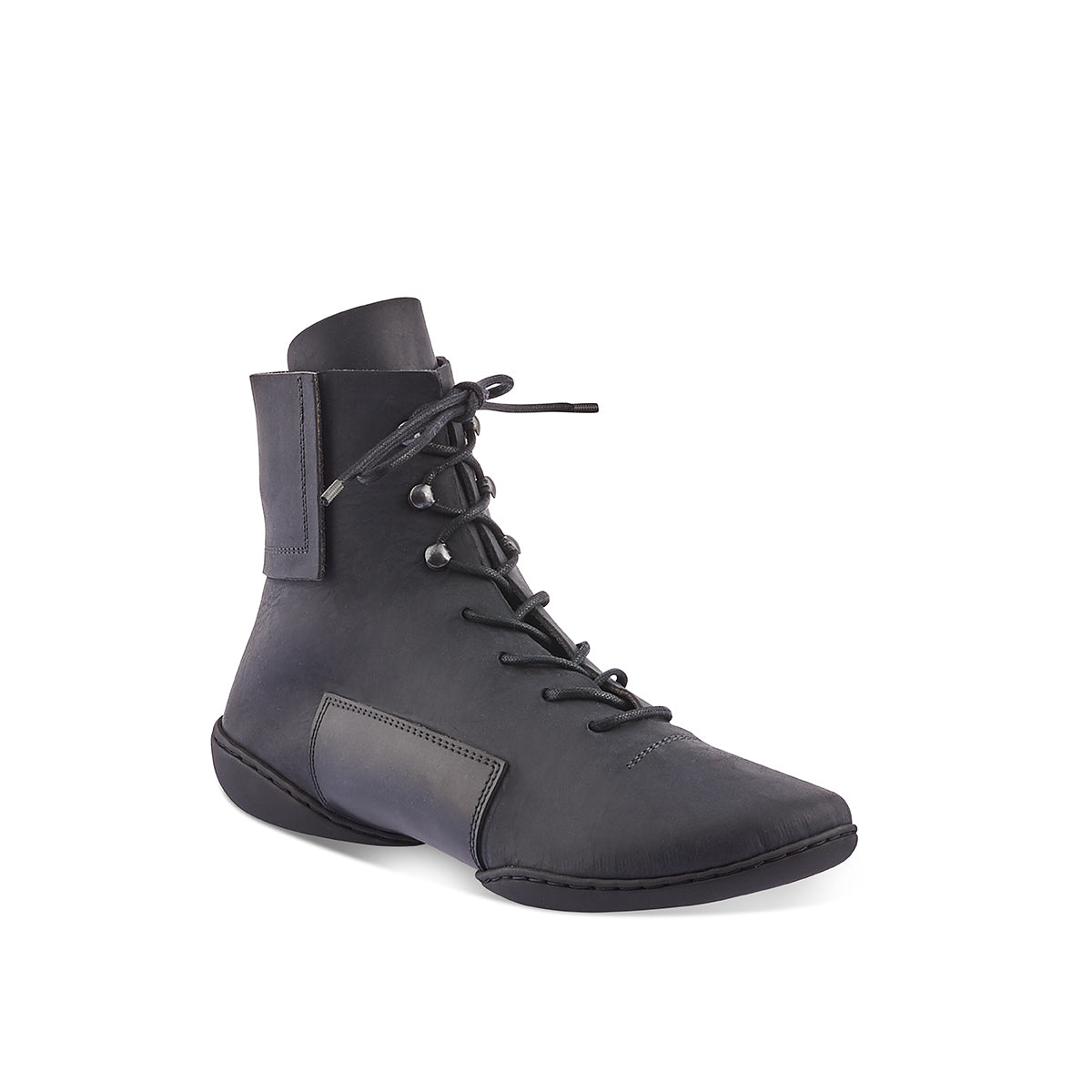With a dark and moody oiled leather upper, Mind is a sporty ankle boot with sleek lines and rectangular panels at the heel and under the mid section. The 'cups' sole provides a supportive barefoot feel while the stitching between the two sole parts is covered with a stitched rubber piece, making it wet-weather resistant underfoot.