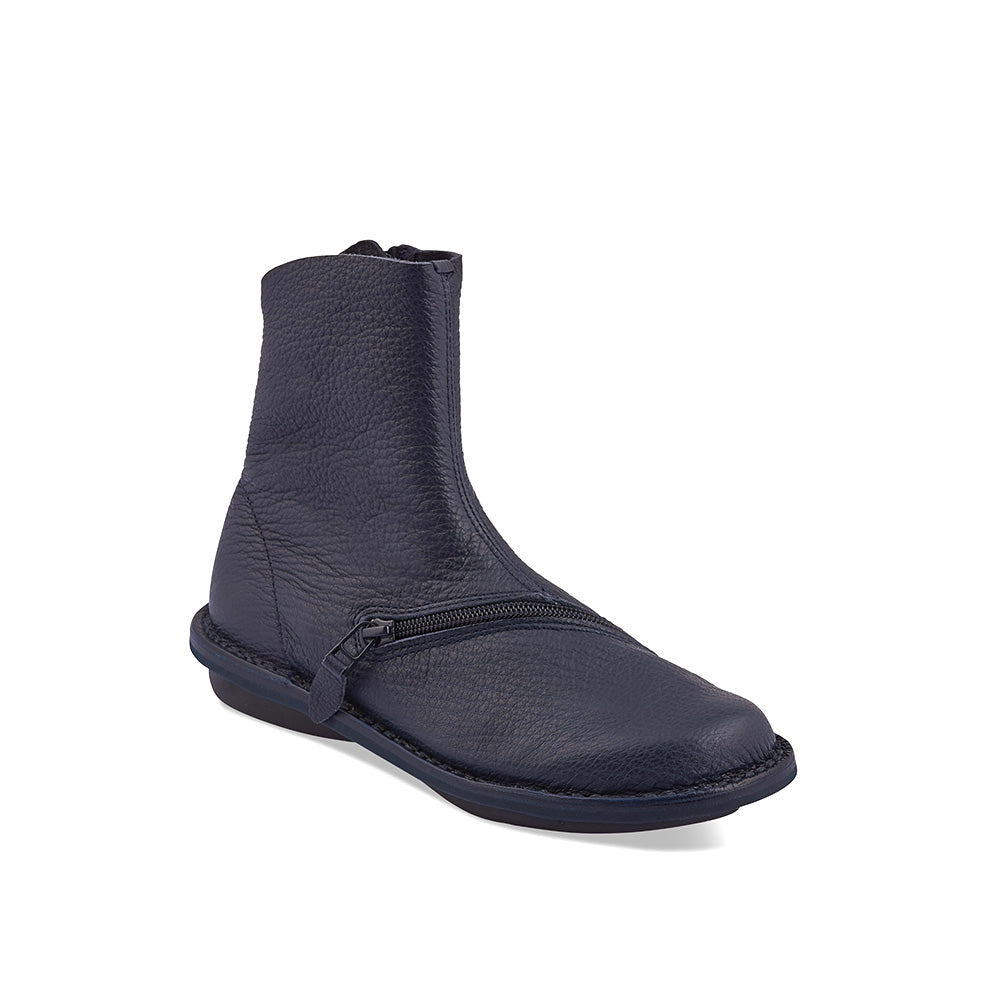 Handcrafted in exquisitely soft yet hardy elk leather, Pluto features an inner zip and another over the forefoot for a snug fit. The dark navy upper and shapely silhouette combine with a sturdy rubber sole for easy year-round wear.