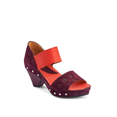 With a soft suede upper and elasticised ankle strap, Selma is a versatile summer sandal from John Fluevog. Featuring soft leather lining and a suede footbed, the wedge shaped heel and rubber sole combine for summer-long comfort.