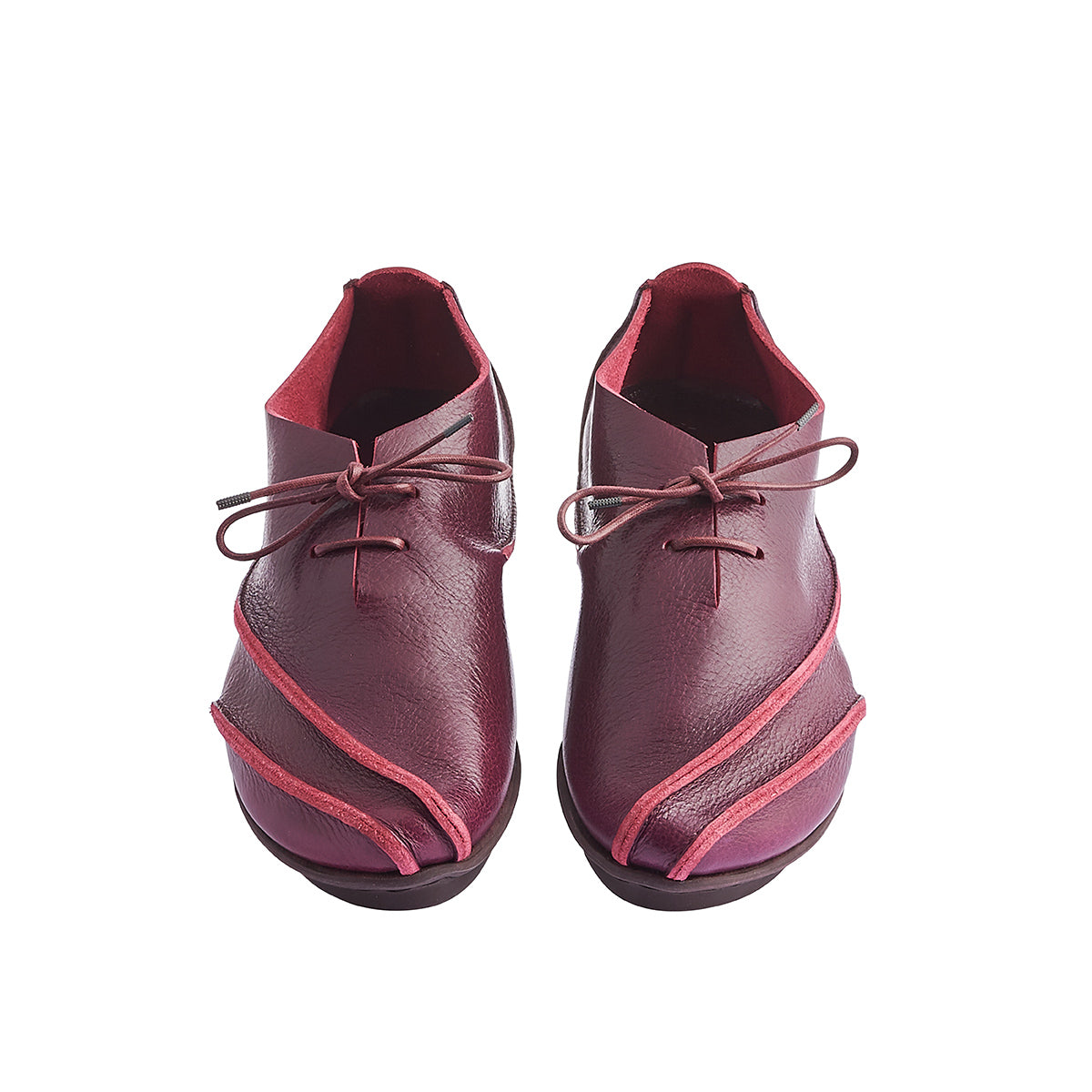 With a rich glossy leather finish, Taste is an unbelievably comfy lace-up with swooping exposed seams. The 'penna' sole is soft and flexible underfoot and the luxurious unlined leather upper envelops the foot while creating a sculptural silhouette.