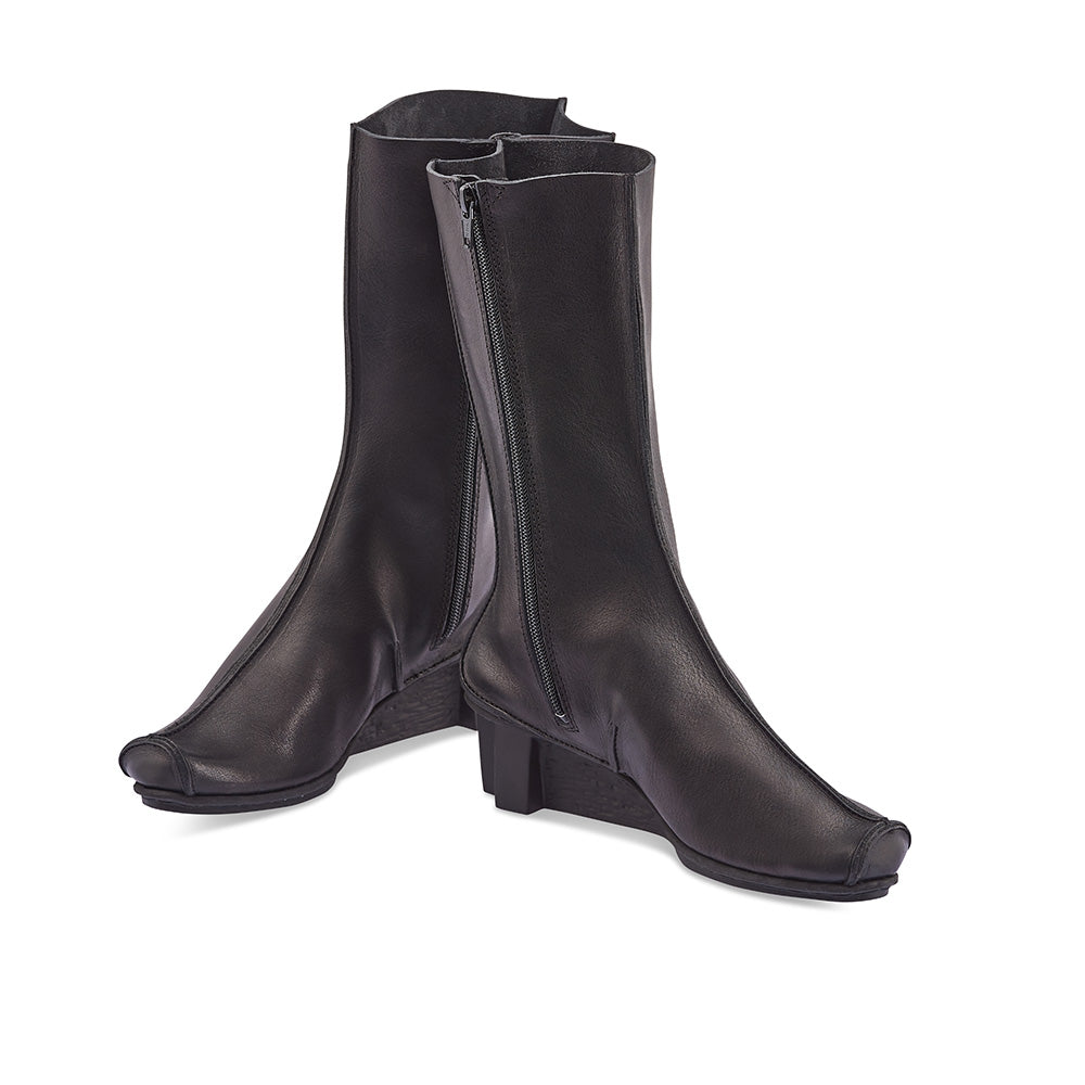 Teacher - a soleDevotion favourite - is here to keep you warm against the winter winds and rain. This classic knee-high boot is constructed from supple veg-tanned leather and the raw leather seams are quintessentially Trippen.