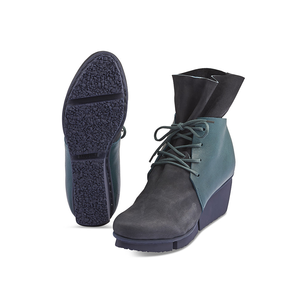 Set on a super-comfy wedge sole, Corner features a two-tone leather upper with a supple calf leather back section and soft, tumbled leather vamp. The lacing provides a secure fit and the bunched leather above the ankle will keep you warm on those cold and windy winter days.