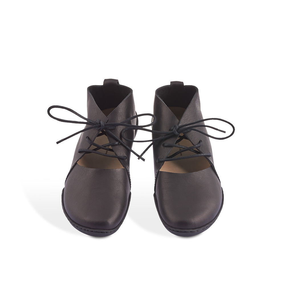 Bare is a chic, minimalist lace-up with the right amount of coverage over the foot and ankle. The contoured leather insole provides arch support, while the iconic Cups sole creates a slim, versatile profile.