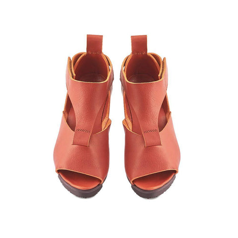 Set on the comfy Splitt sole, Island has a rich brandy-tone leather upper with ample coverage over the foot. The low platform wedge sole provides exceptional comfort and stability underfoot, while the cushioned leather footbed offers exquisite comfort.