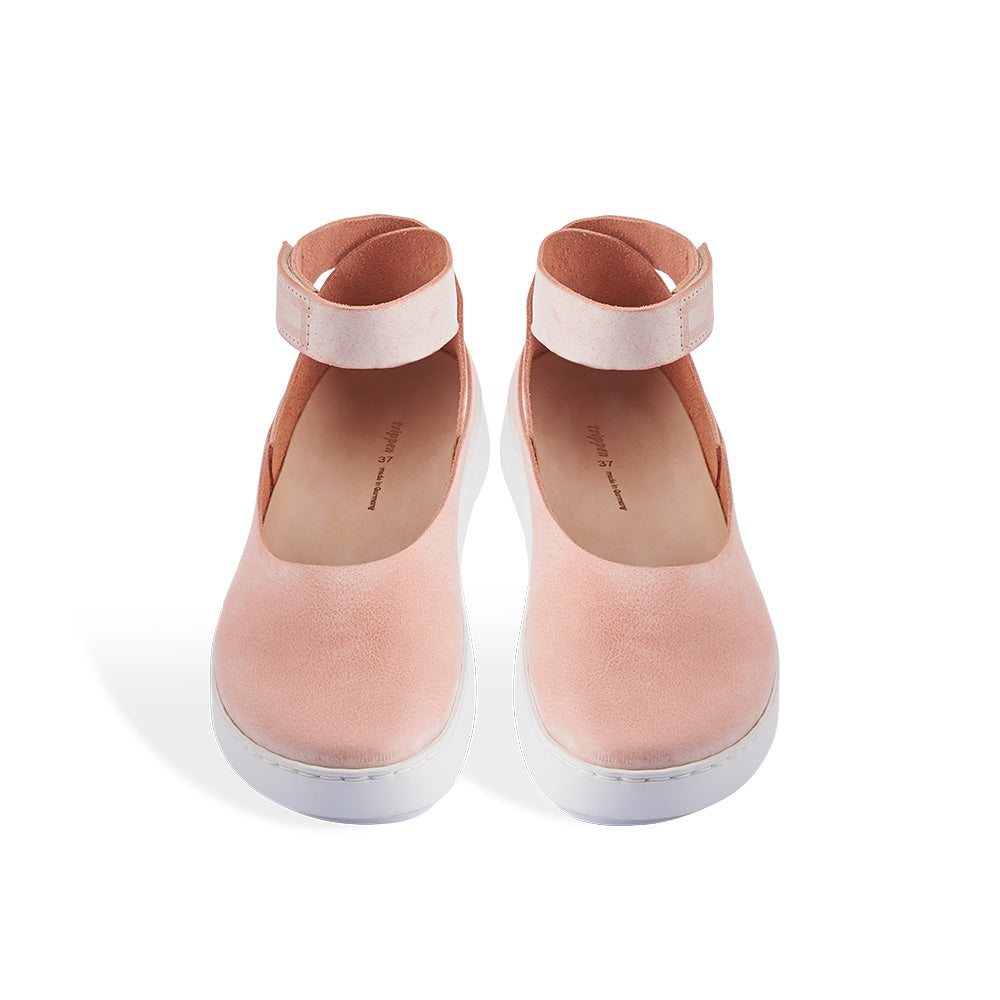 A modern and sporty take on a ballerina flat, Lake features a soft pink/apricot leather upper finished with the lightest wax coating that'll develop a beautiful patina beautifully, gradually richening the colour. The clean lines of the upper mirror the wave-like shape of the Swan sole and the contoured leather footbed provides optimum support.