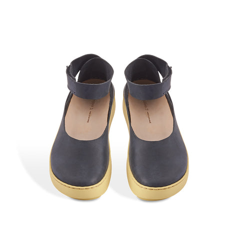 A modern and sporty take on a ballerina flat, Lake features a soft charcoal nubuck upper with a contrast yellow sole and easy-fit ankle strap. The clean lines of the upper mirror the wave-like shape of the Swan sole and the contoured leather footbed provides optimum support.
