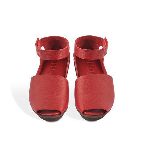 With ample coverage through the front, Lateen has a simple design perfect for summer versatility. The sumptuous red leather upper is complemented with a soft leather insole that contours under the foot with wear and only gets more comfortable over time.