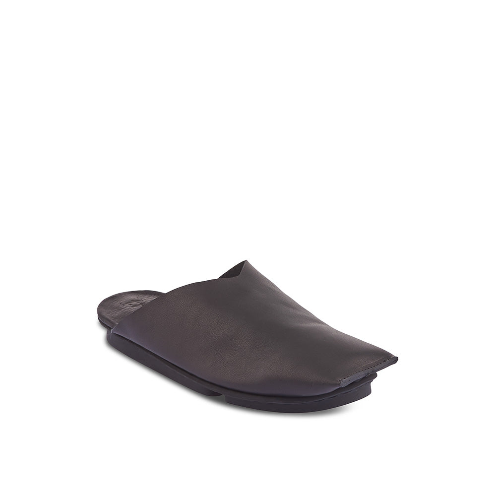 Sleek, stylish and unadorned, Marakesh features a supple unlined leather upper and a luxuriously soft leather covered insole. This new summer slipper will contour to the foot on all sides and Trippen's famous Penna sole is lightweight and low profile for easy summer wear.