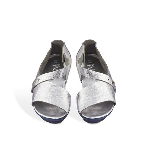 This popular Trippen sandal is shaped to flatter the foot, providing the perfect amount of coverage and openness for warm weather. The clean metallic finish is a versatile addition to any summer wardrobe and the soft construction will ensure comfort all summer long.