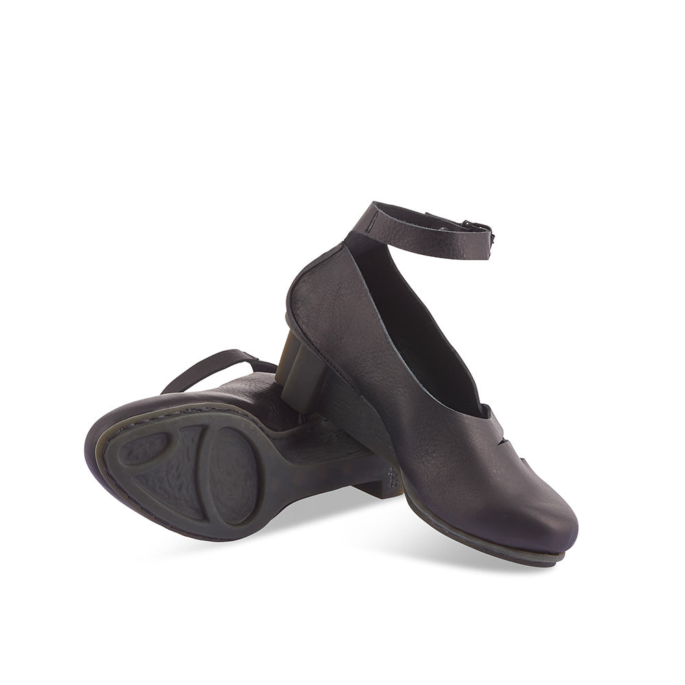 This stylish pump by Trippen features a supple leather upper with a fine ankle strap and leather plait detail. The renowned x+os wedge heel provides an elegant silhouette and the cushioned leather footbed will keep you comfortable during long days on your feet.