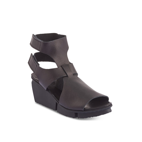 A modern wedge sandal with chic cutouts, Vista features twin velcro straps that fasten at the heel for the perfect fit. The supple veg-tanned leather upper feels amazing on the foot and the platform wedge is both reliable and comfortable while affording a little extra height.